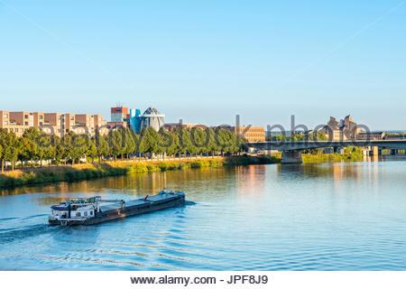Netherlands, Limburg, Maastricht. A boat passes the Bonnefanten Museum on the Meuse (Maas) River, Wyck-Ceramique - Stock Photo