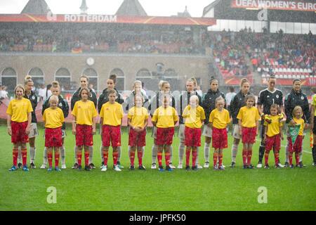 Die deutschen Spielerinnen stehen im Regen. Viertelfinale, Match 26, Deutschland (GER) - Daenemark (DEN) 1:2, am - Stock Photo