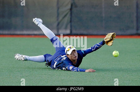 Chicago, USA. 1st Aug, 2017. Chen Jia of the Beijing Eagles fails to make a catch during the National Pro Fastpitch - Stock Photo