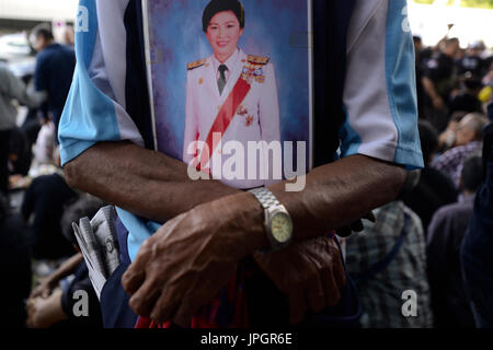 Bangkok, Thailand. 01st Aug, 2017. A supporter of ousted former Thai Prime Minister Yingluck Shinawatra holds a - Stock Photo