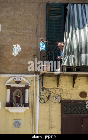 Balcony and shrine on an old house in the Albergheria district of central Palermo, Sicily, Italy. - Stock Photo