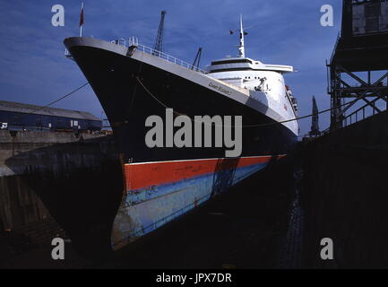 AJAXNETPHOTO. 21ST JUNE,1982. SOUTHAMPTON, ENGLAND. - THE CUNARD LINER QE2 IN THE KING GEORGE V DRY DOCK WHERE THE - Stock Photo