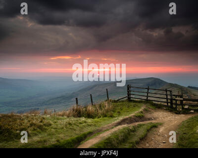 Looking along the Mam Tor ridge from Rushup Edge at sunrise. - Stock Photo