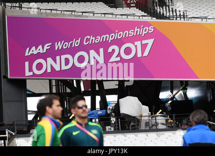 London, UK. 2nd Aug, 2017. Athletes look at the interior space of the Olympic Stadium in London, Britain on 2 August, - Stock Photo