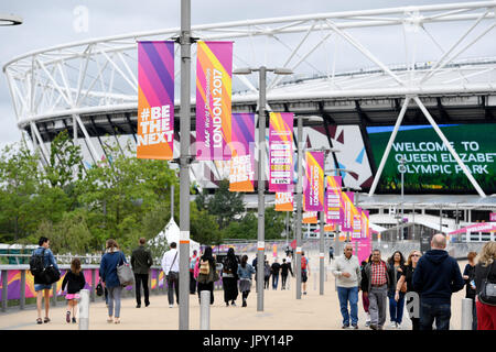London, UK. 2nd Aug, 2017. People walk by the Olympic Stadium in the Olympic Park in London, Britain, on 2 August, - Stock Photo