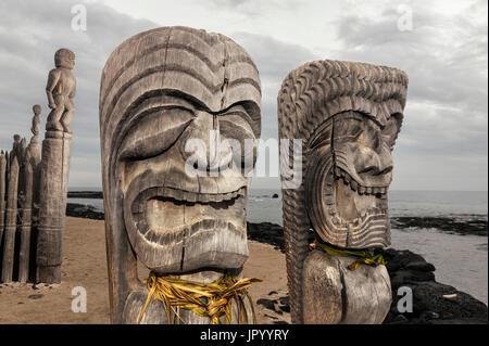 HI00234-00...HAWAI'I - Hale o Keawe (Ki'i) wooden images standing watch on the shore of  Honaunau Bay in Pu'uhonua - Stock Photo