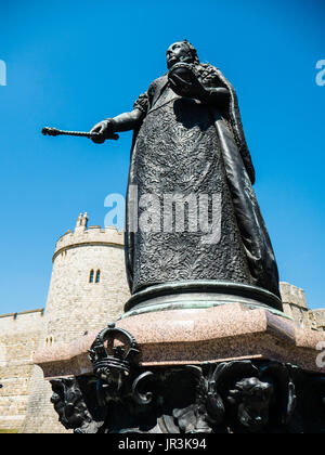 Queen Victoria Statue, outside Windsor Castle, Windsor, Berkshire, England - Stock Photo
