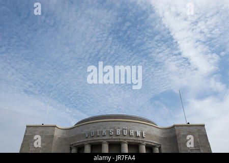 Berlin, Germany. 4th Aug, 2017. 'Volksbuehne' is written in big letters at the main entrance of the theatre in Berlin, - Stock Photo