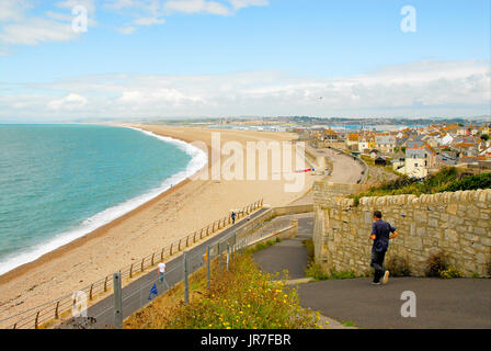 Chesil Beach, Dorset. 04th Aug, 2017. UK Weather: A man hurries down to his fishing boat on a bright and breezy - Stock Photo