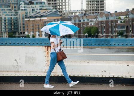 London, UK. 04th Aug, 2017. UK Weather. Sunshine and showers on Friday afternoon on Wandsworth Bridge over the Thames. - Stock Photo