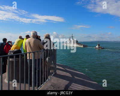 Photographers gather on the top of the Round Tower at the entrance of Portsmouth Harbour to photograph USS Philippine - Stock Photo