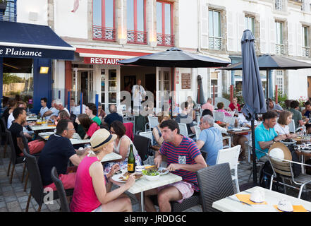 France restaurant - People eating outside in a restaurant, Concarneau, Finistere, Brittany France - Stock Photo