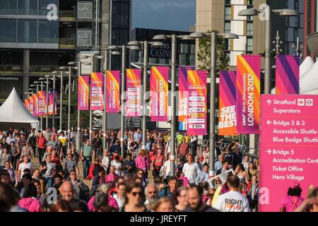 Queen Elizabeth Olympic Park, London, UK. 4th Aug, 2017. Spectators arrive at the Queen Elizabeth Olympic Park, - Stock Photo