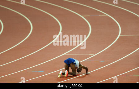 London, UK. 04th Aug, 2017. London, 2017-August-04. Mo Farah kisses the ground at the finish of the Men's 10,000m - Stock Photo