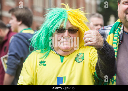 London, UK. 5th Aug, 2017. Football fans arriving on the opening day of the Sky Bet championships between Fulham - Stock Photo