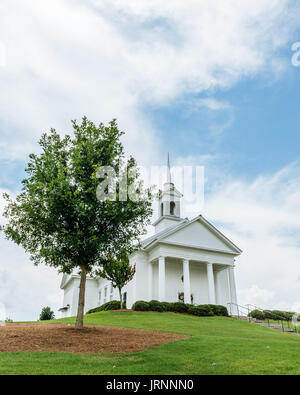 The Chapel at the Waters, near Montgomery, Alabama is a popular venue for weddings and events. It sits high on a - Stock Photo