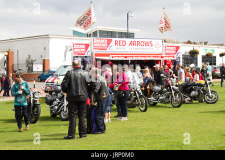 Barry Island, South Wales, UK. 6 August 2017.  UK weather: Crowds await the Red Arrows performance this morning - Stock Photo