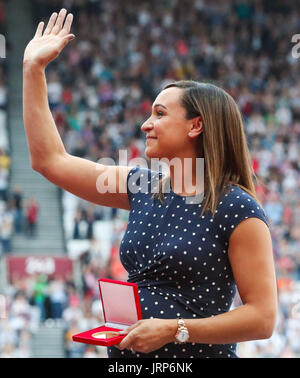 London, UK. 06th Aug, 2017. London, UK. 6th August, 2017. Jessica Ennis-Hill receives her reallocated heptathlon - Stock Photo