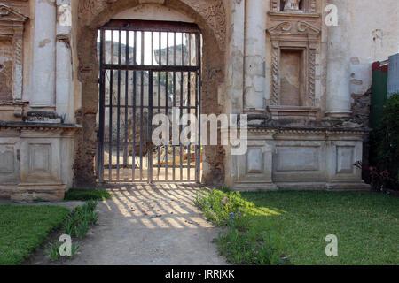 Ruinas de Iglesia vieja, en La Antigua Guatemala, adentro se pueden ver Escombros del techo y las paredes, esperando ser restaurados