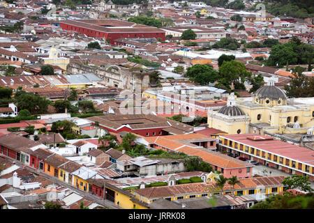 La Antigua Guatemala vista desde arriba del cerro de la cruz, se ven techos de teja y la cúpula de una iglesia