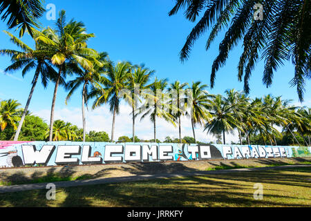 Welcome to Paradise sign at the entrance of Port Douglas, Far North Queensland, FNQ, QLD, Australia - Stock Photo