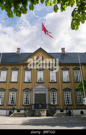 18th century Stiftsgarden Royal Residence palace building with Norwegian flag flying. Munkegaten, Trondheim, Sør - Stock Photo
