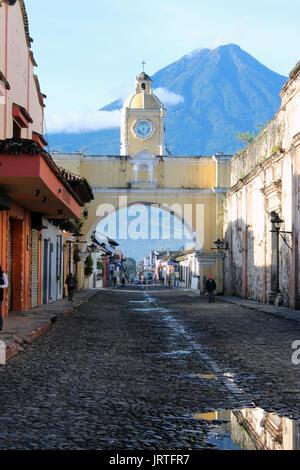 Calle del Arco, calle empedrada estilo colonial, con vista al fondo del volcán de agua, actualmente inactivo - Stock Photo