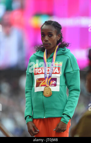 London, UK. 6th Aug, 2017. Winner of 10 km, Almaz AYANA, Ethiopia, during the medal ceremony in London on August - Stock Photo