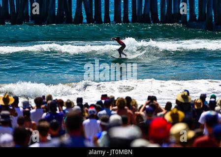 Huntington Beach, USA. 06 August, 2017. Kanoa Igarashi (USA) puts local knowledge to use doing the 'Huntington Hop' - Stock Photo