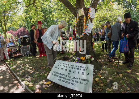 London, UK. 6th Aug, 2017. London, UK. 6th August 2017.Peole lay flowers at the Hiroshima Cherry Tree at the London - Stock Photo