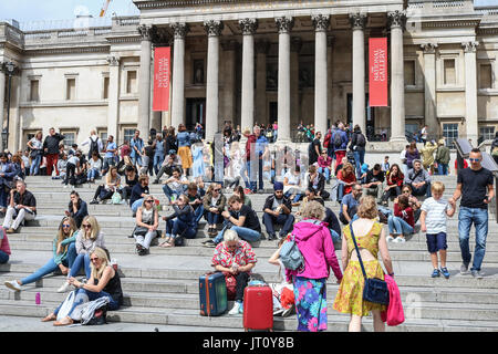 London, UK. 7th Aug, 2017. Tourists enjoy the warm weather in Trafalgar Square with mild tempratures in the capital - Stock Photo