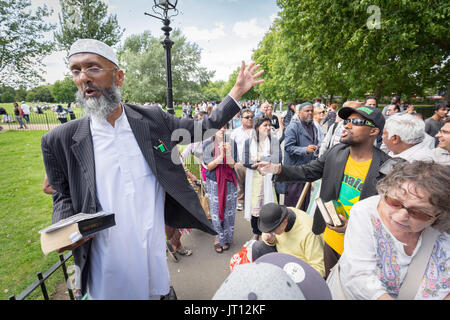 London, UK. 6th Aug, 2017. Preaching and debates at Speakers' Corner, the public speaking area north-east corner - Stock Photo