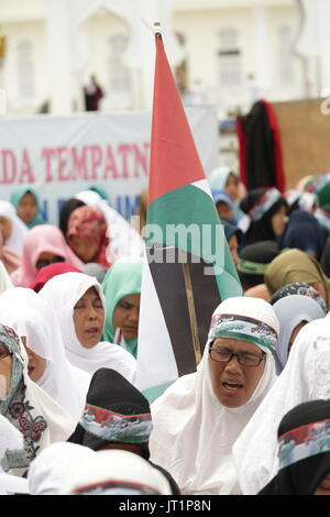 Banda Aceh, Indonesia. 06th Aug, 2017. The Acehnese who followed the solidarity movement for Palestine read prayers - Stock Photo
