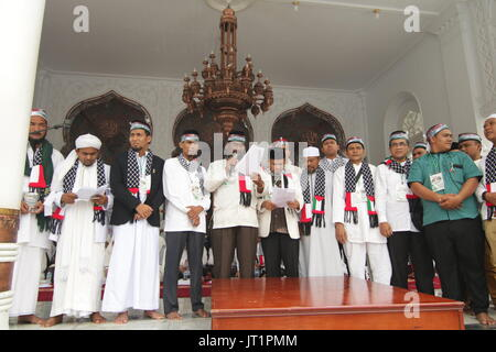 Banda Aceh, Indonesia. 06th Aug, 2017. Representatives from various institutions in Aceh read the statement of attitudes - Stock Photo
