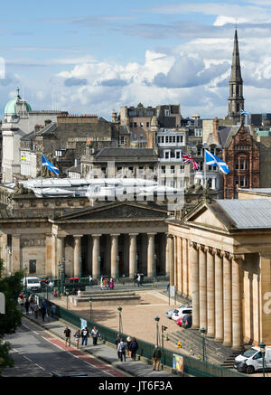 A view of the Scottish National Gallery and the Royal Scottish Academy on the Mound, Edinburgh. - Stock Photo