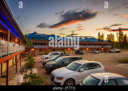Summer sunset above canadian Rocky Mountains and the Rocky Inn in Valemount. - Stock Photo