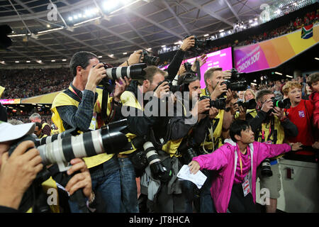London, UK. 7th August, 2017. Cameramen jostling for position at the 2017, IAAF World Championships, Queen Elizabeth - Stock Photo