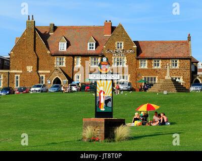 Hunstantoin Green, Town Sign, picnic, Golden Lion Hotel, Norfolk, England, UK - Stock Photo