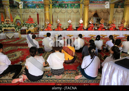 Buddhist monks praying at Remembrance of the Deceased, Wat Ong Teu Mahawihan (Temple of the Heavy Buddha), Vientiane, - Stock Photo