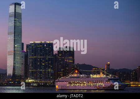 Cruise ships in Victoria harbor, and International Commerce Centre, ICC, Victoria harbor, Hong Kong, China. - Stock Photo
