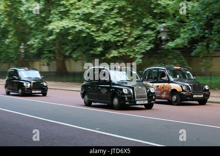 Views of traditional black cabs on Constitution Hill near Buckingham Palace in London, UK. Photo date: Thursday, - Stock Photo