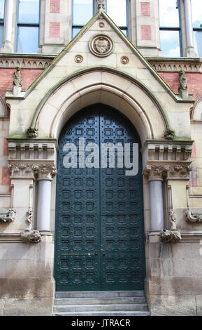 Magistrates entrance to Minshull Street Crown Court in Manchester - Stock Photo
