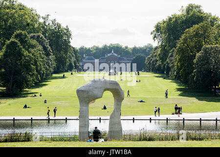 London, UK. 10th August, 2017. Londoners make the most of the sunshine in Kensington Gardens, London, UK as warm - Stock Photo