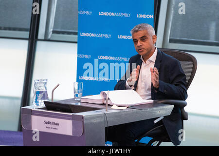 London, UK. 10th August, 2017. Mayor of London Sadiq Khan responds to questions from London Assembly Members during - Stock Photo