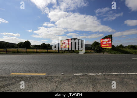 Newry, Northern Ireland. 10th August 2017. A sign for exchanging euro and sterling currencies is seen right on the - Stock Photo