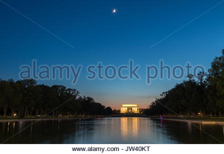 Landscape view of the Lincoln Memorial at night - Stock Photo