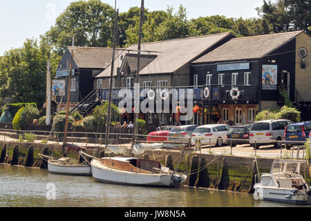 The bargmands rest public house on the harbour at Newport quay n the river medina in the Isle of Wight with yachts - Stock Photo