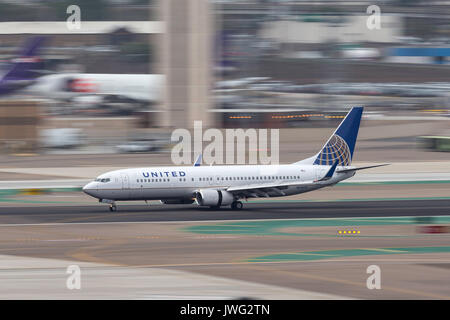 United Airlines Boeing 737-824 N73275 arriving at San Diego International Airport. - Stock Photo