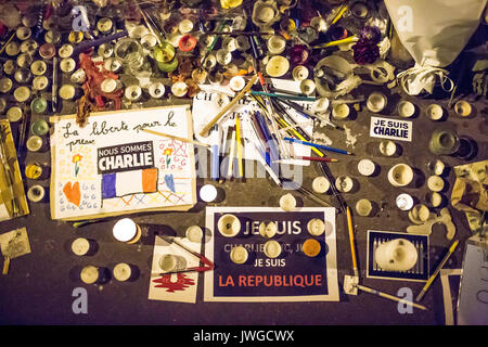 drawings, pens, pencils, candles, slogans, spred on the road and the pavement. Homage at the victims of Charlie - Stock Photo