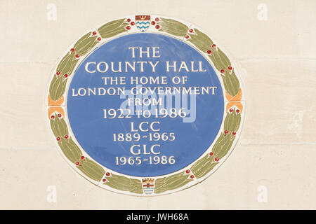A Blue Plaque outside the former County Hall and home of London Local Government from 1922-1986. - Stock Photo